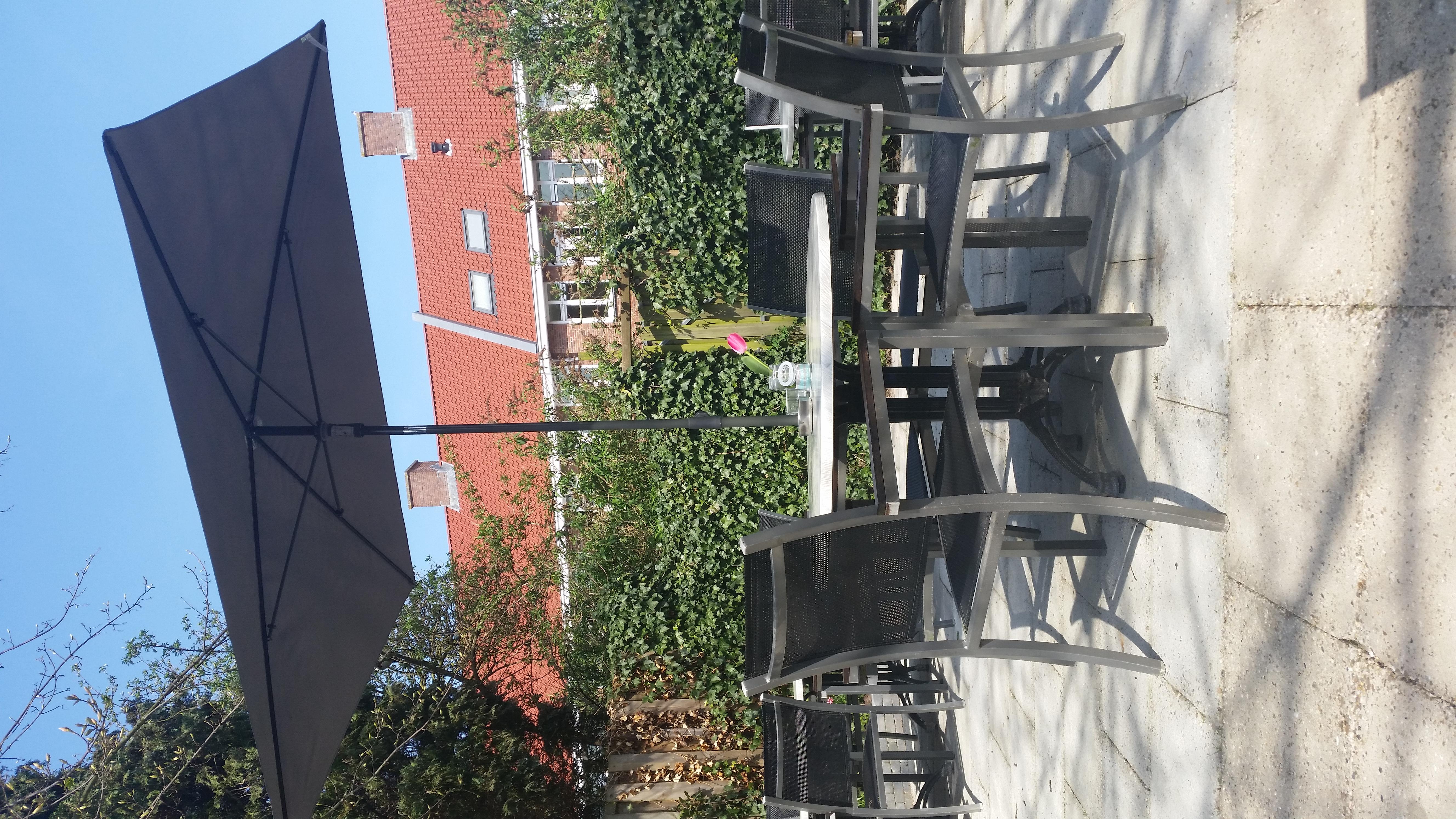 ons overheerlijk vernieuwde terras is geopend!  kom genieten van de heerlijke zon, bij wind iser bij ons weinig tot geen wind.  ook… Lees verder »